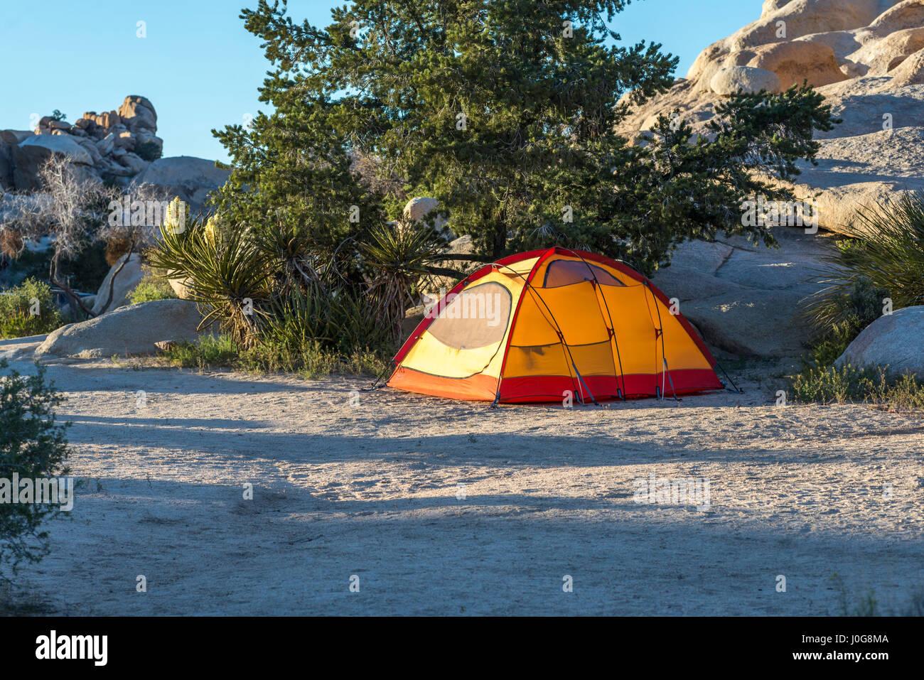 Tenda da campeggio a Joshua Tree National Park, California, Stati Uniti d'America. Immagini Stock