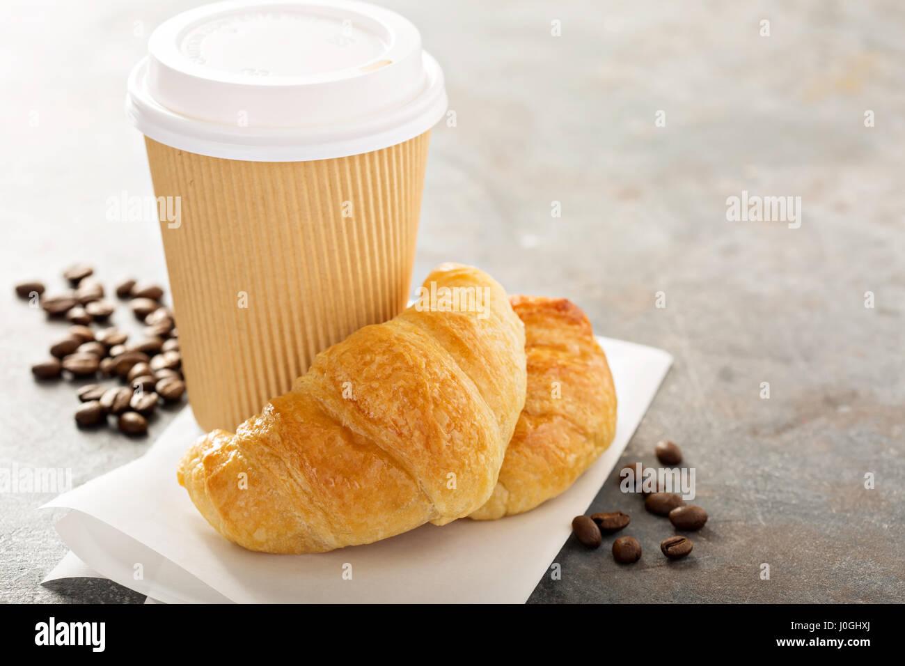 Croissant con caffè per andare Immagini Stock