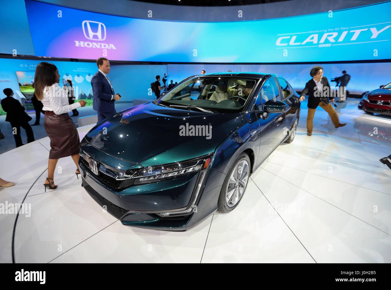New York, Stati Uniti d'America. Xii Apr, 2017. Una Honda chiarezza Plug-in automobile ibrida è visto durante Immagini Stock