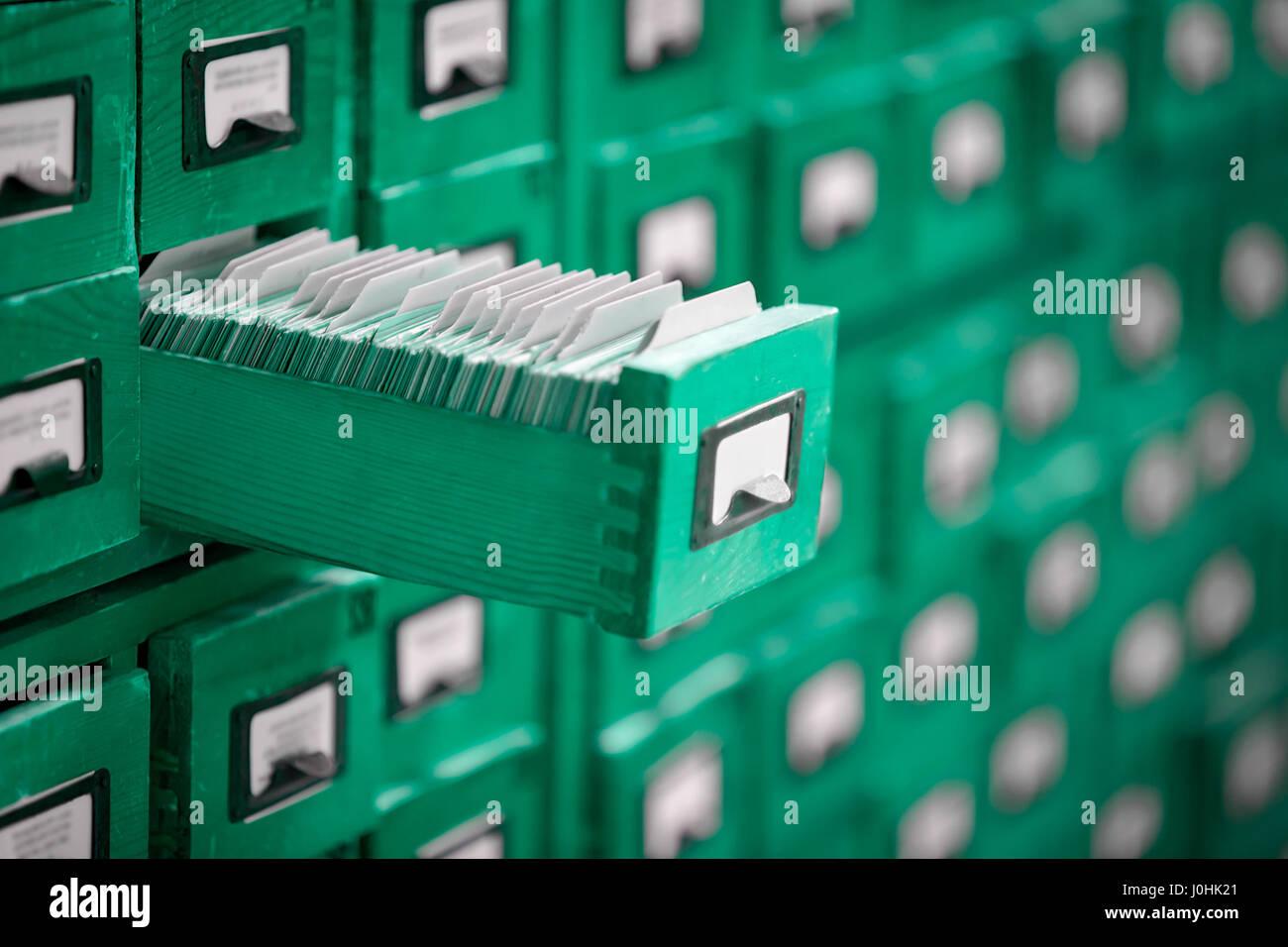 Libreria archivio o catalogo di riferimento con apertura cassetto carta. Immagini Stock
