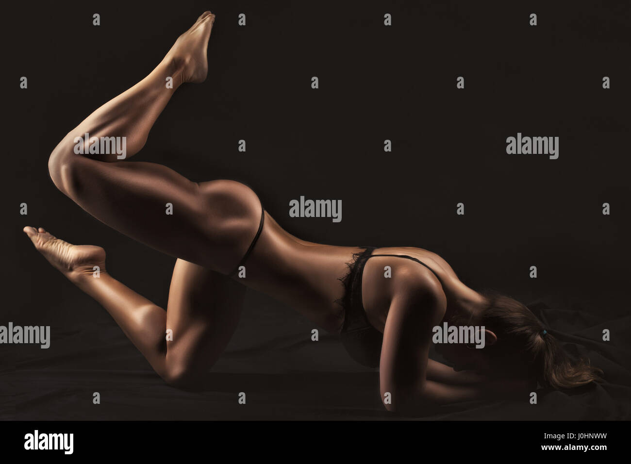 Donna culturista mostrando i muscoli del corpo. Immagini Stock