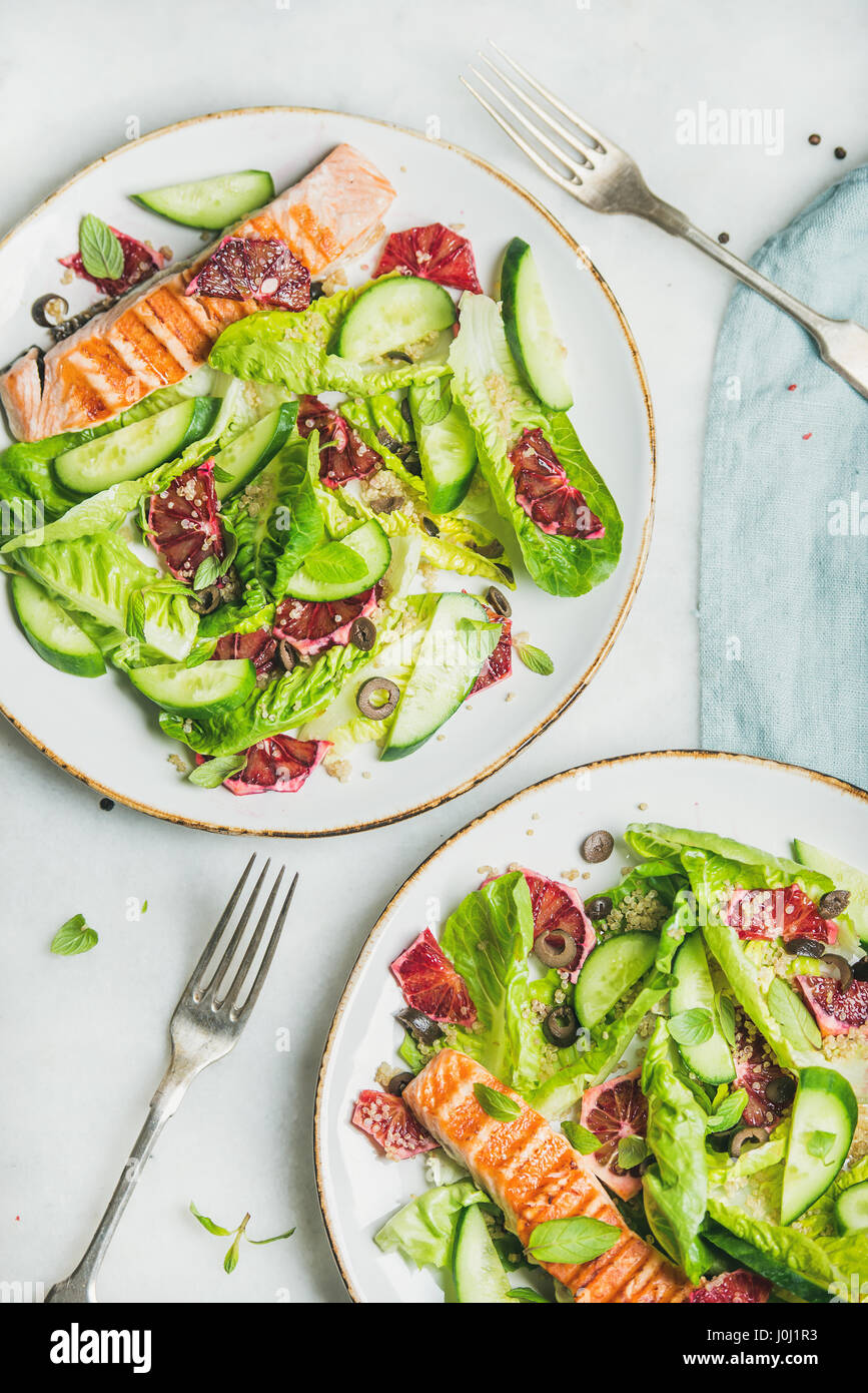 Una sana insalata con salmone alla griglia, Orange, olive, cetriolo e quinoa Immagini Stock