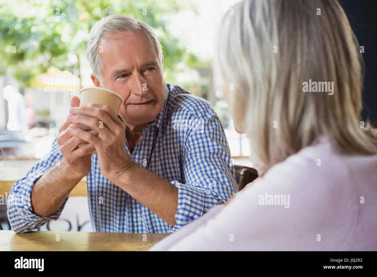 Coppia senior interagire gli uni con gli altri in café Immagini Stock
