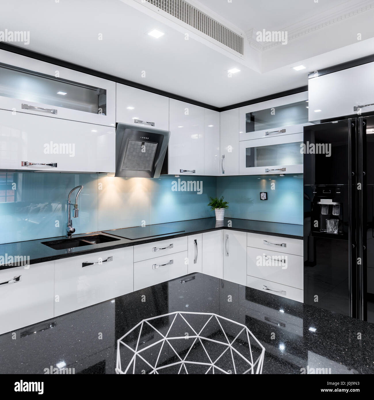 Moderno, bianco e nero, ad alta brillantezza cucina con tavolo e ...