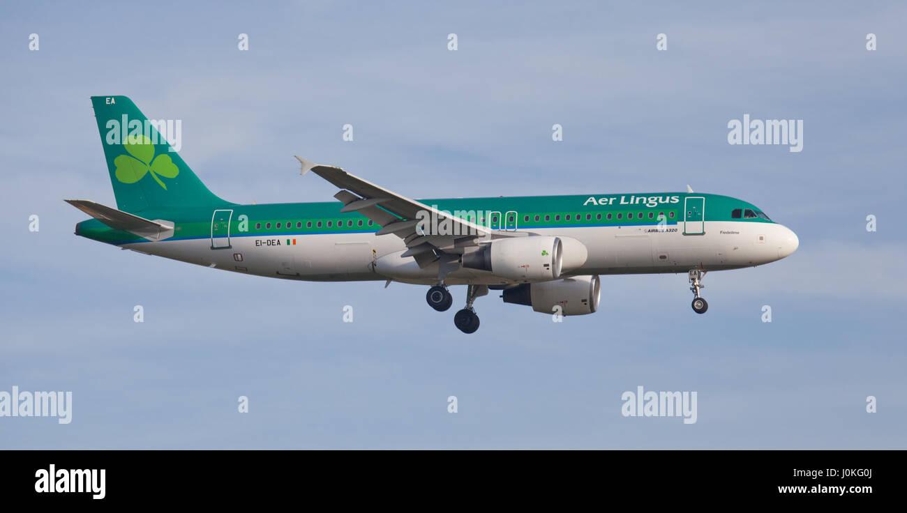 Aer Lingus Airbus A320 EI-DEA venuta in terra a Londra Heathrow Airport LHR Immagini Stock