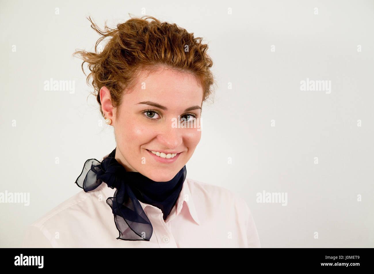 Aria attraente hostess sorridente e guardando la telecamera. Immagini Stock