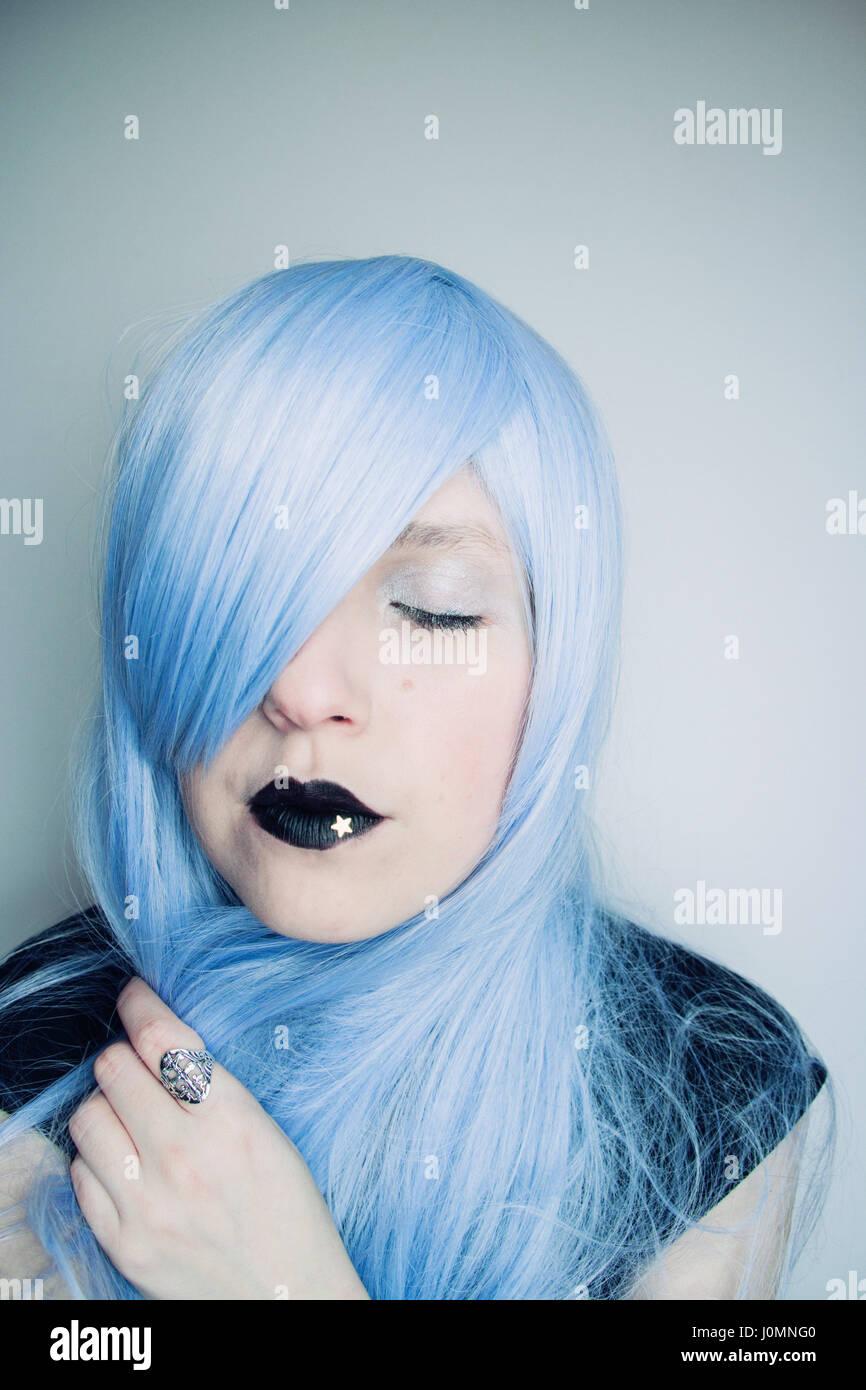 Giovane donna con capelli blu e creative make up Immagini Stock