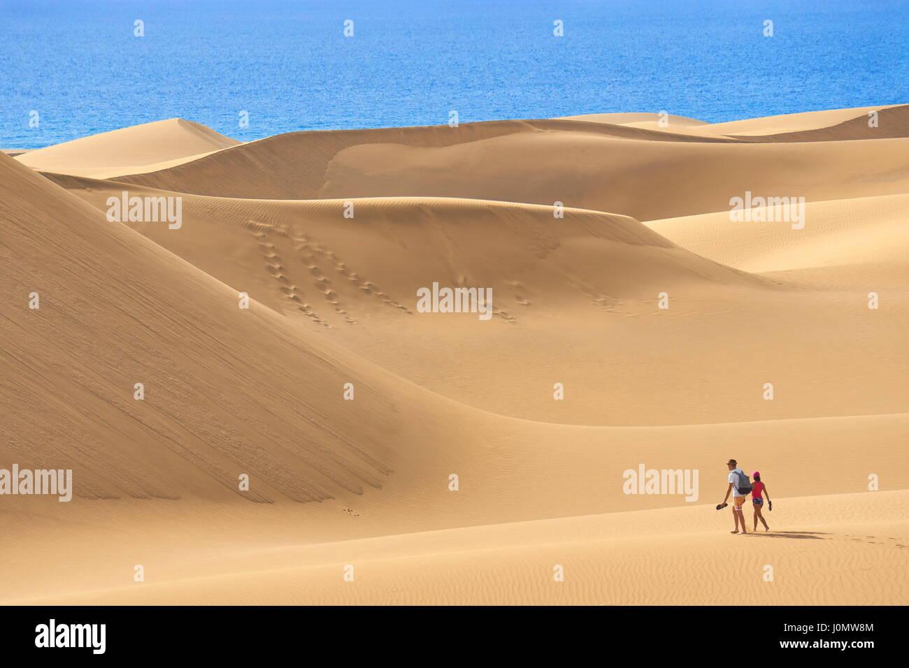 I turisti sulla sabbia di Maspalomas Dunes National Park, Gran Canaria, Spagna Foto Stock