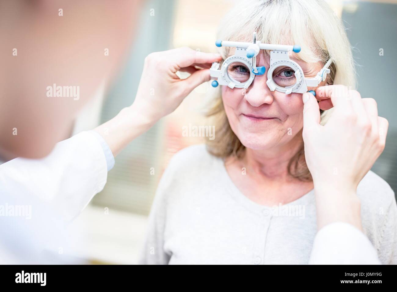 Senior donna con esame visivo da all'ottico optometrista. Foto Stock