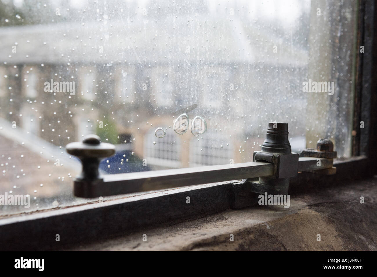 Vecchia finestra in vetro con bolle di aria in corrispondenza di Armathwaite Hall di Bassenthwaite Foto Stock