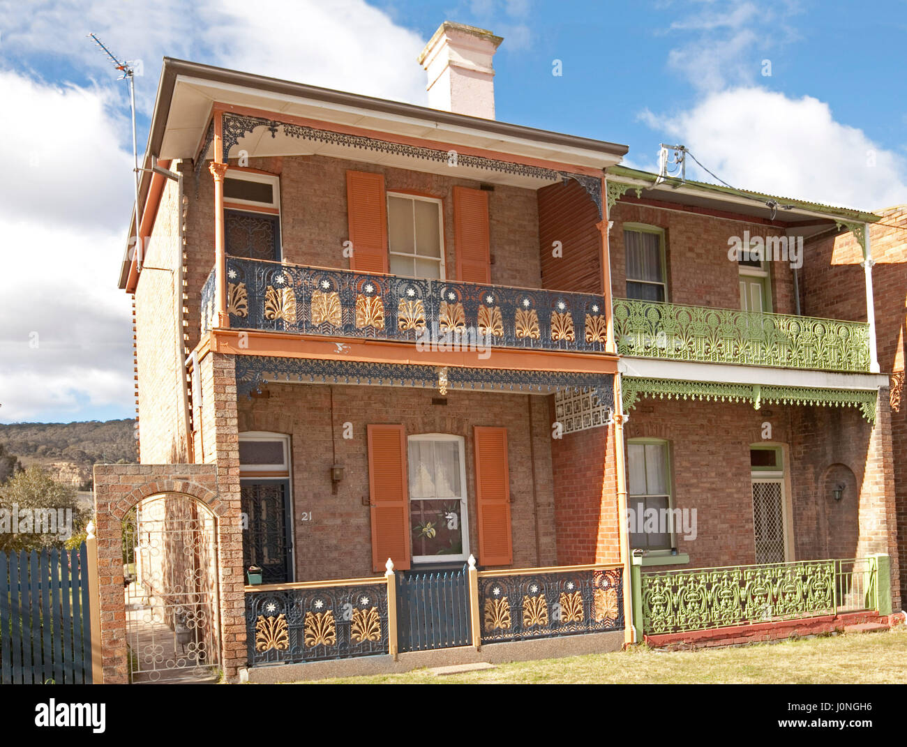 Case A Due Piani colorato a due piani di case terrazza con una decorazione in