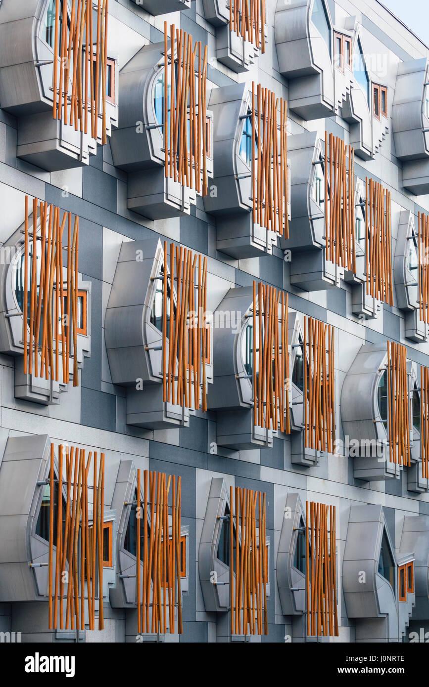 Dettaglio delle finestre esterne dell'edificio del Parlamento scozzese a Holyrood , Edimburgo, Scozia, Regno Unito. Foto Stock