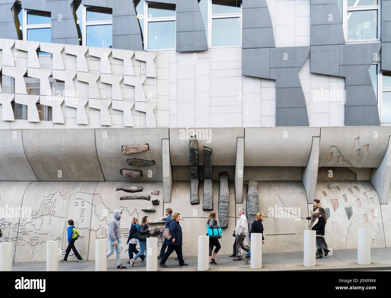Vista di architettura esterna dell edificio del Parlamento scozzese a Holyrood, Edimburgo, Scozia, Regno Unito Foto Stock
