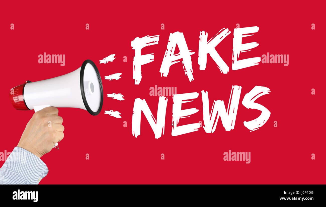 Notizie false verità giacciono media internet online mano con megafono Immagini Stock