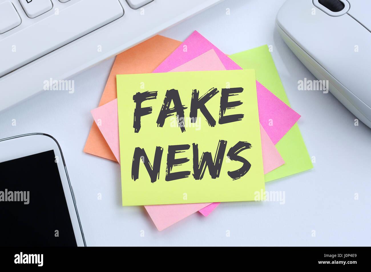 Notizie false verità giacciono media internet online office desk computer Immagini Stock