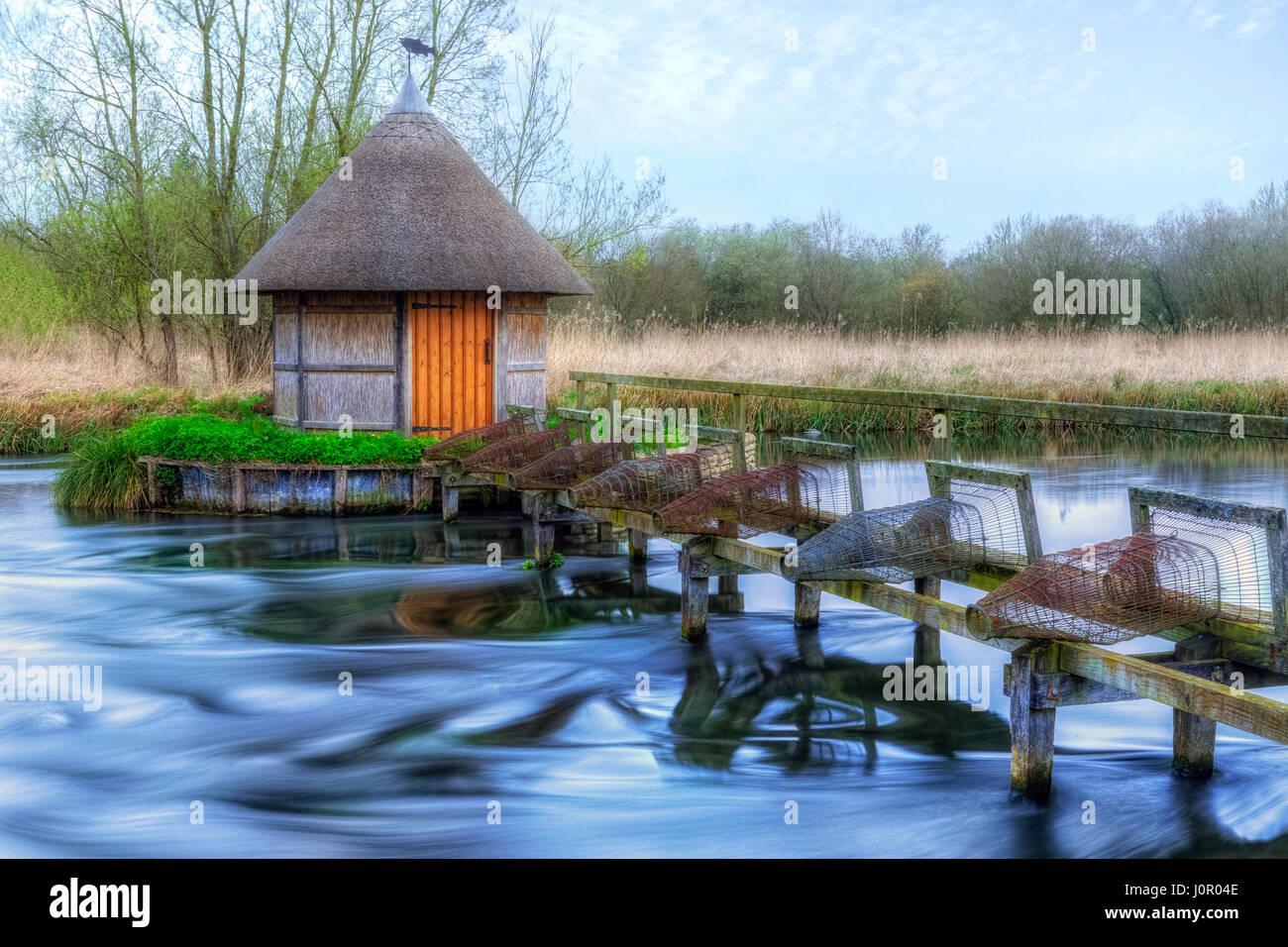Capanna di pesca sul fiume Test, Longstock, Hampshire, Inghilterra, Regno Unito Immagini Stock