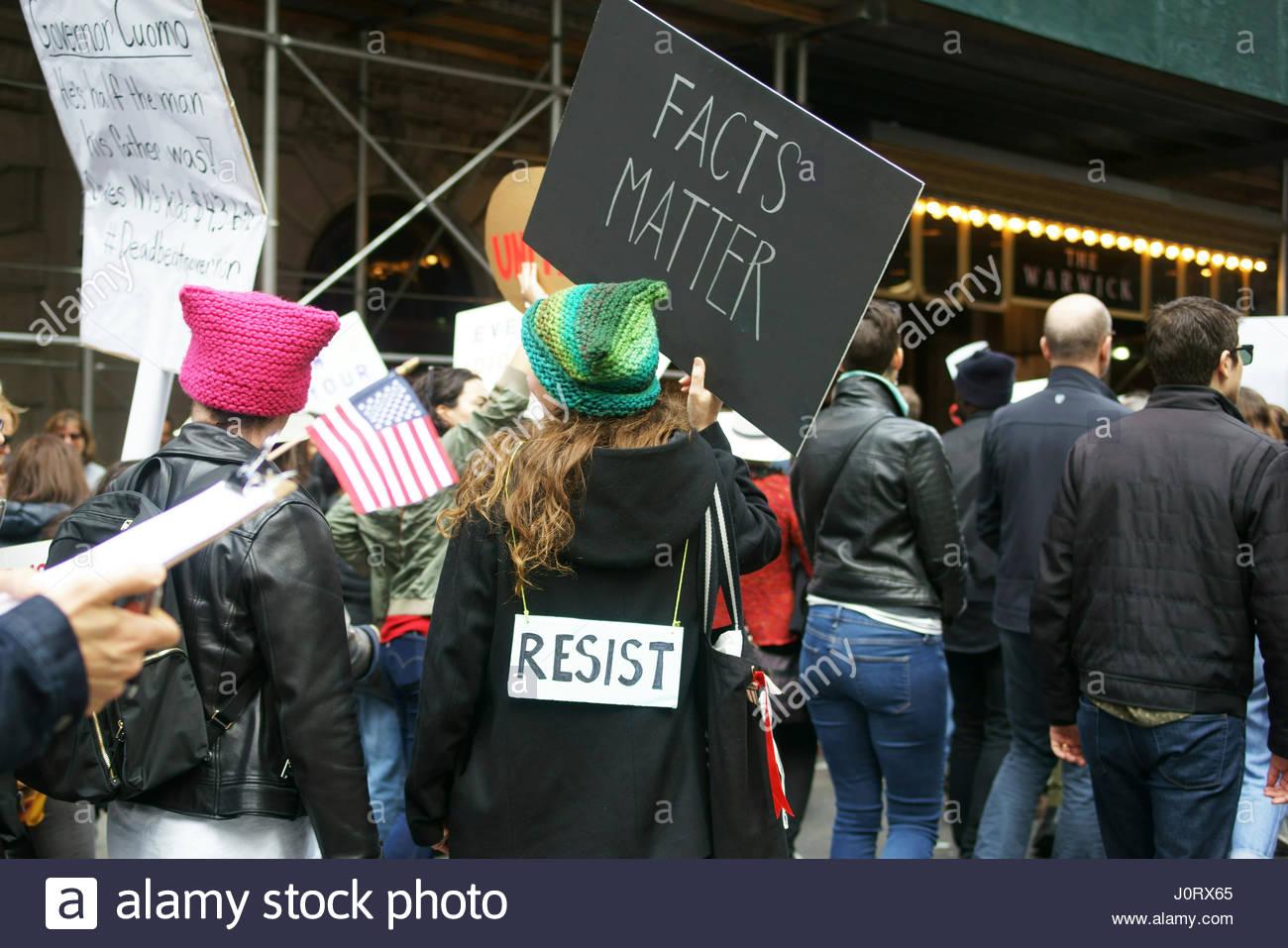 New York, Stati Uniti d'America. Il 15 aprile 2017. Migliaia di dimostranti presso il giorno fiscale marzo nella Immagini Stock