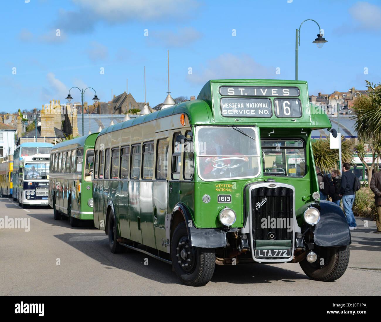 Penzance, Cornwall, Regno Unito. Il 16 aprile 2017. La Pasqua annuale bus vintage giorno a Penzance, organizzata Immagini Stock
