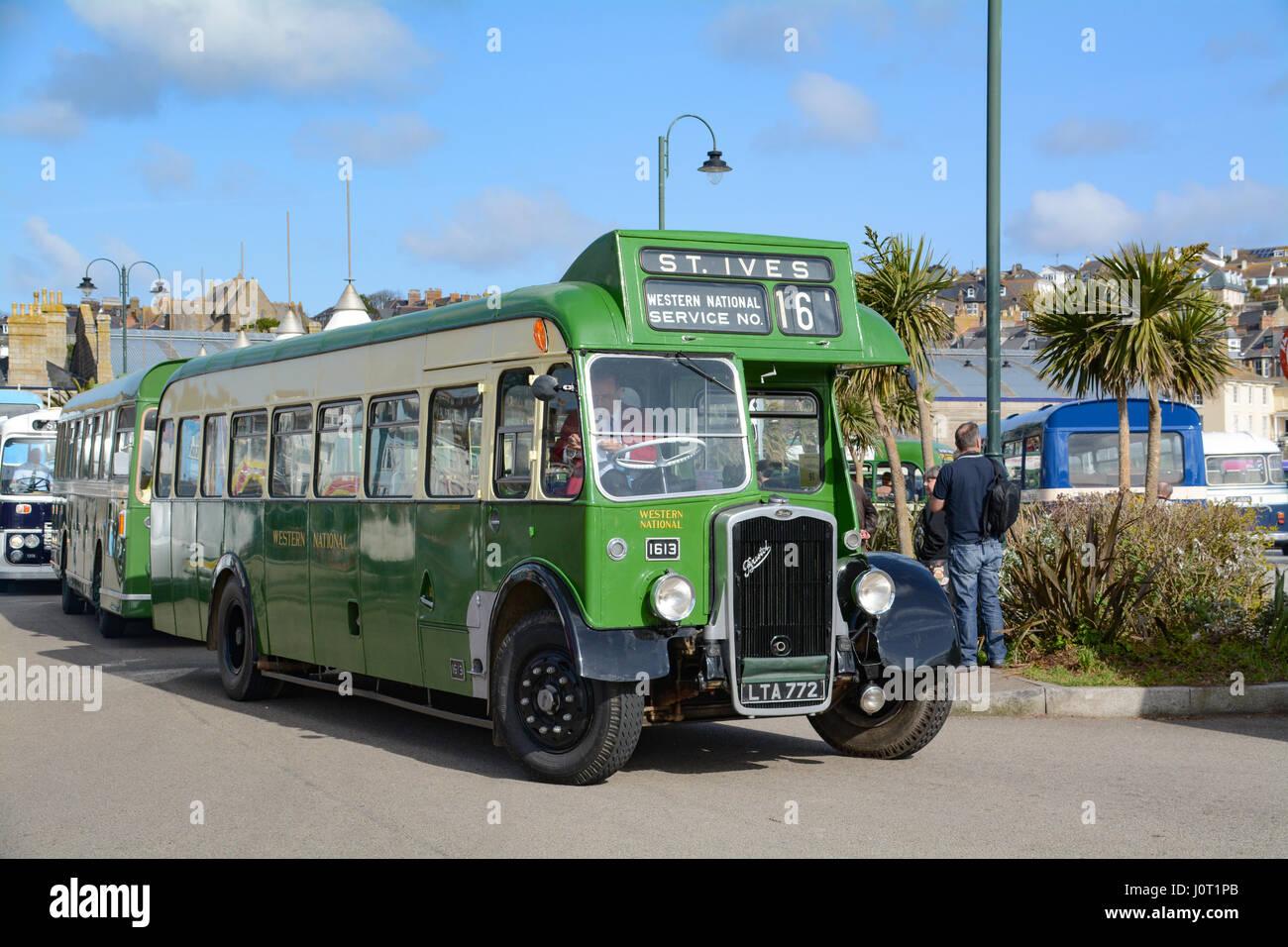 Penzance, Cornwall, Regno Unito. Il 16 aprile 2017. La Pasqua annuale bus vintage giorno a Penzance, organizzata Foto Stock