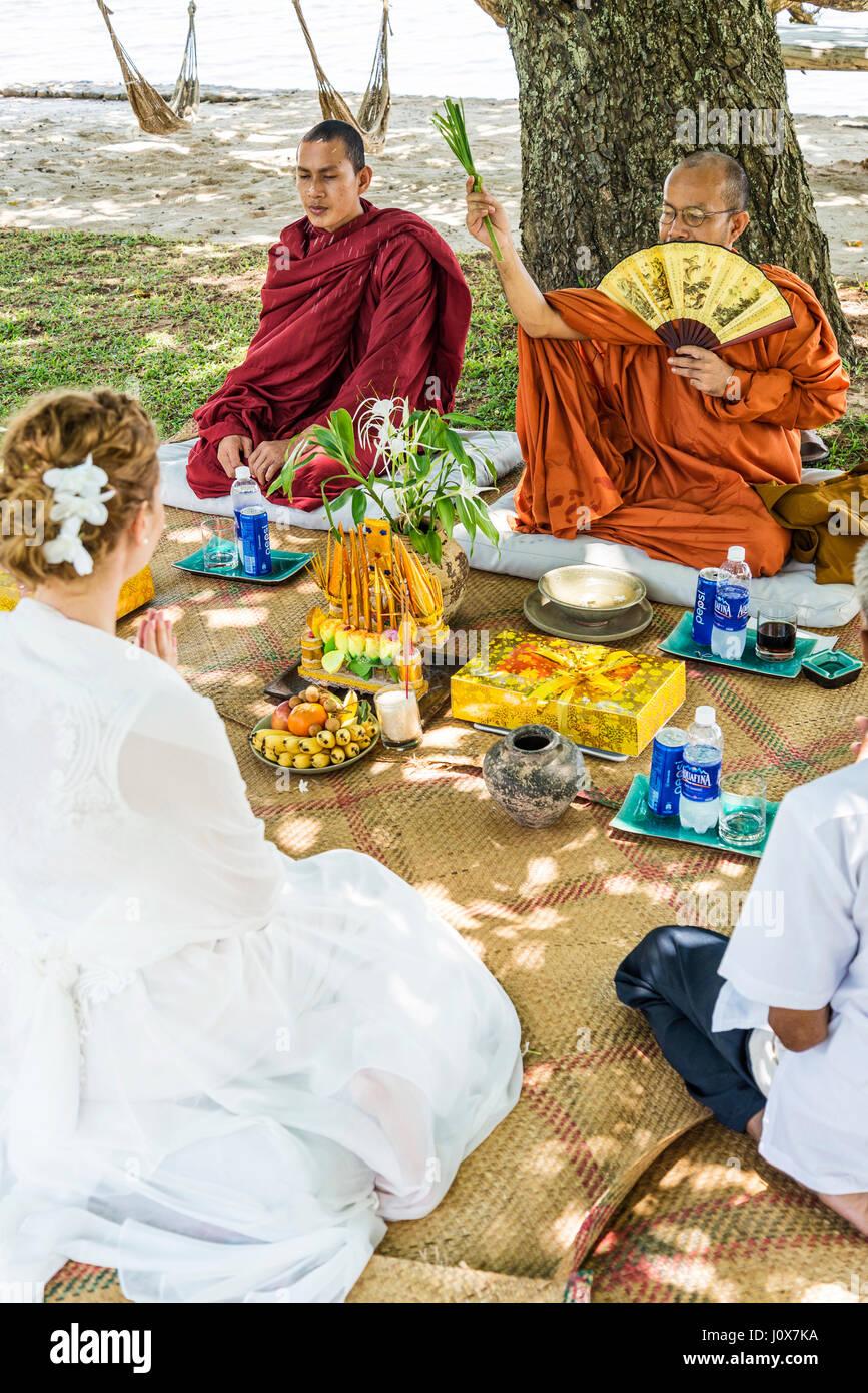 Benedizione dei monaci buddisti cerimonia di nozze per il western european matura in Cambogia asia Immagini Stock
