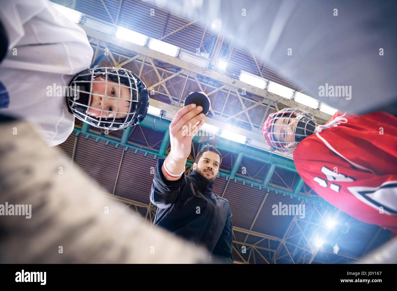 I giocatori inizio partite di hockey su ghiaccio Immagini Stock