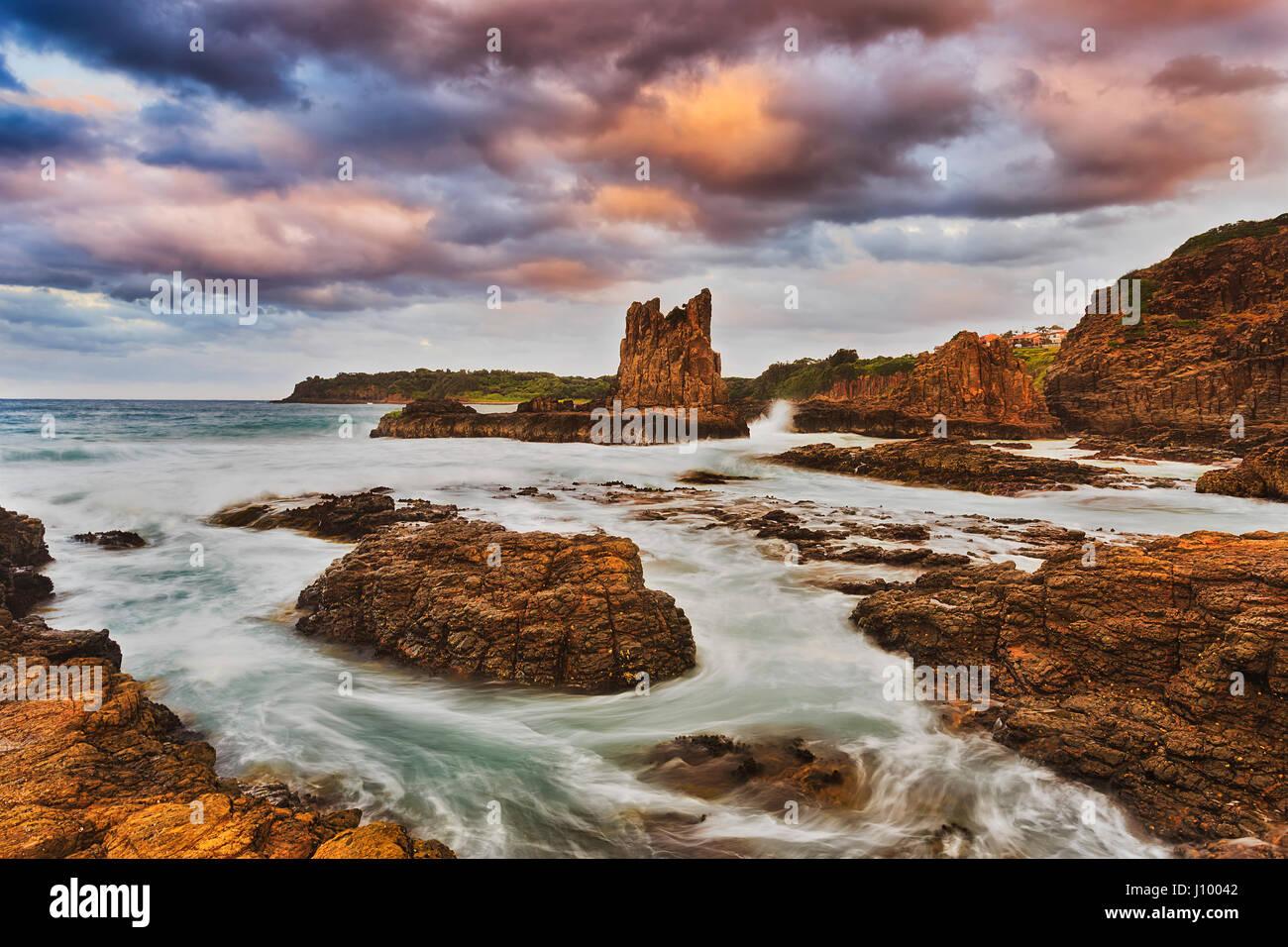 Tramonto colorato a Bombo beach e Cathedral Rocks in Kiama, costa del Pacifico in Australia. Erose rocce di arenaria Immagini Stock