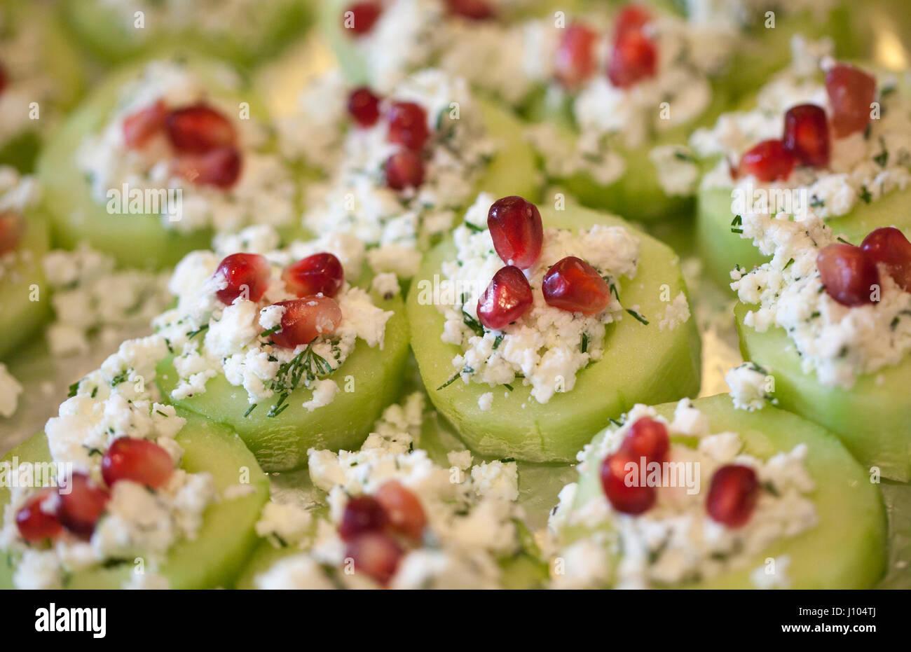 Il cetriolo Melograno e formaggio feta tartine con aneto Foto Stock