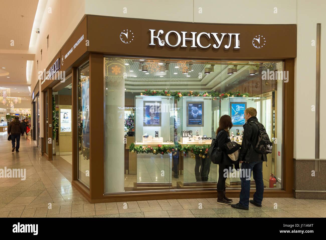 Khimki, Russia - 22 dicembre 2015. Il compratore presso la vetrina del negozio nel centro commerciale Mega groppa Immagini Stock