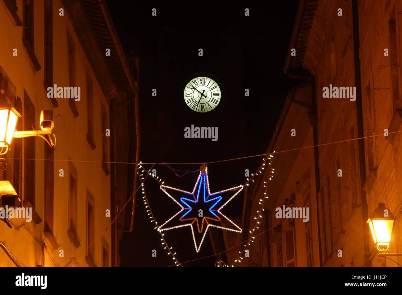 La Torre del Moro Clocktower con le luci di Natale a Orvieto, Italia. Immagini Stock