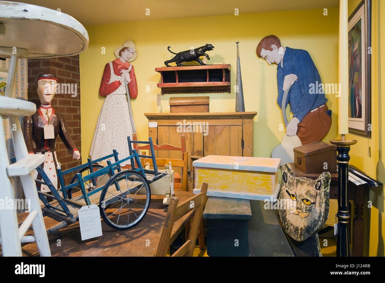 Arredamento Antico Interno Case : Antichi oggetti in legno e gli arredi all interno di una vecchia