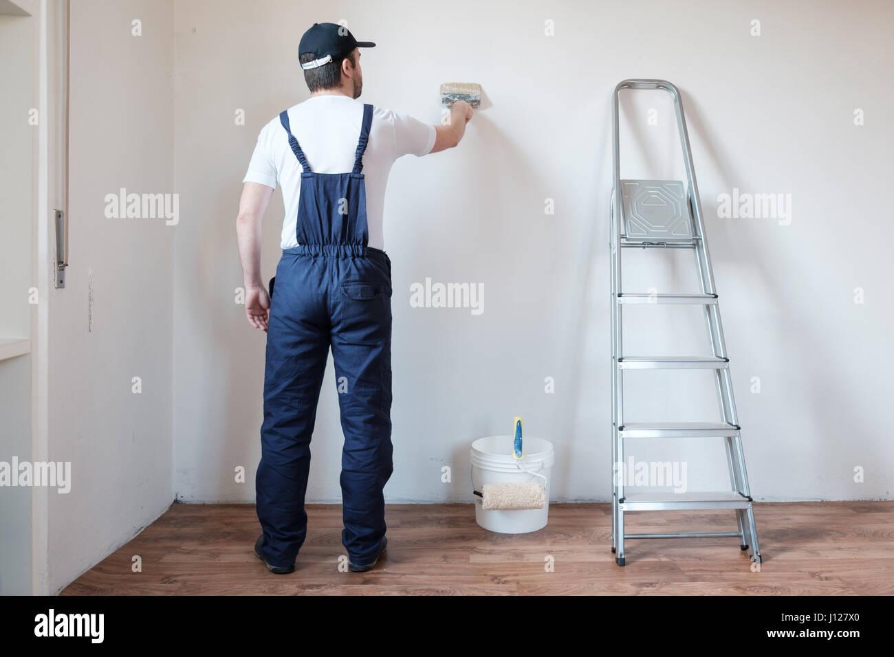 Pittore professionale lavoratore è dipinto un muro Immagini Stock