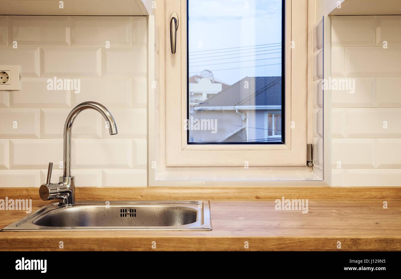 Struttura di una moderna cucina piccola, rubinetto e scrivania ...