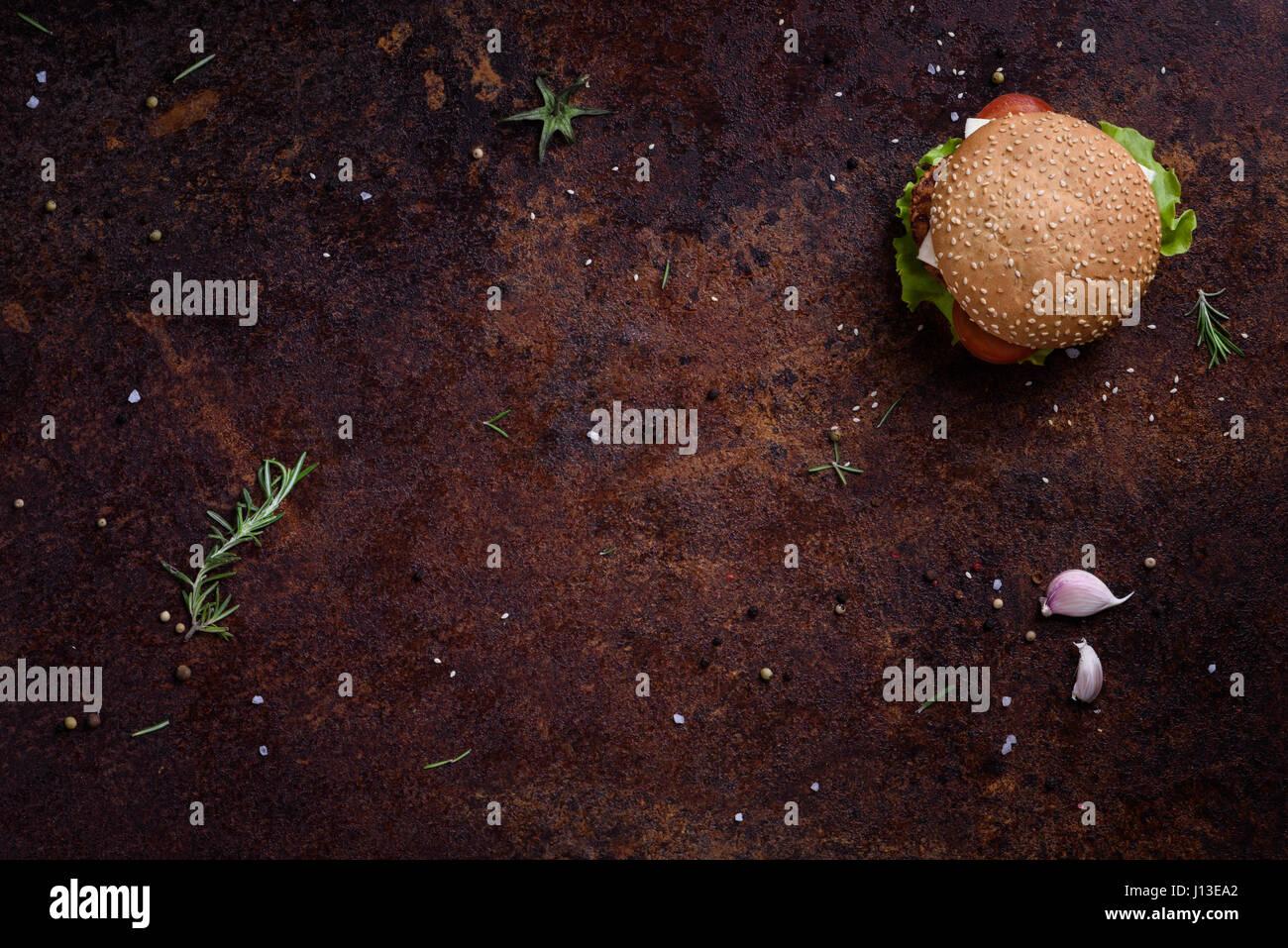 Freschi e deliziosi hamburger fatti in casa su un tavolo rustico. Telaio di menu. Vista da sopra, lo spazio per Immagini Stock