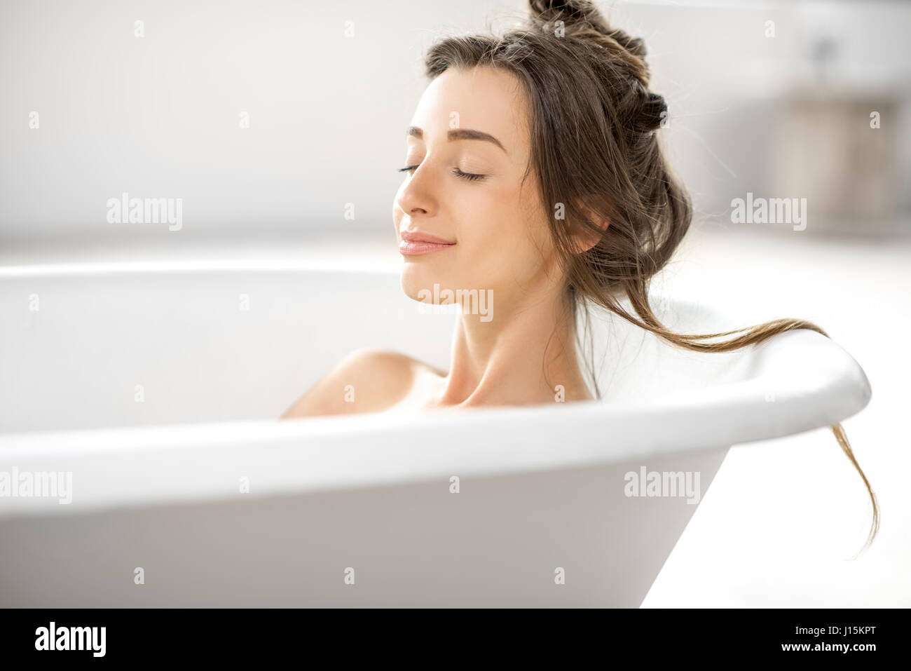 Pretty Woman Vasca Da Bagno : Primo piano di mezza età donna nella vasca da bagno rilassante con