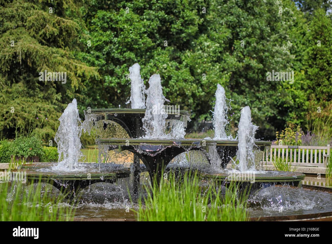 Fontana Giardino Pietra : Storica fontana di pietra nel giardino inglese sgorga acqua foto