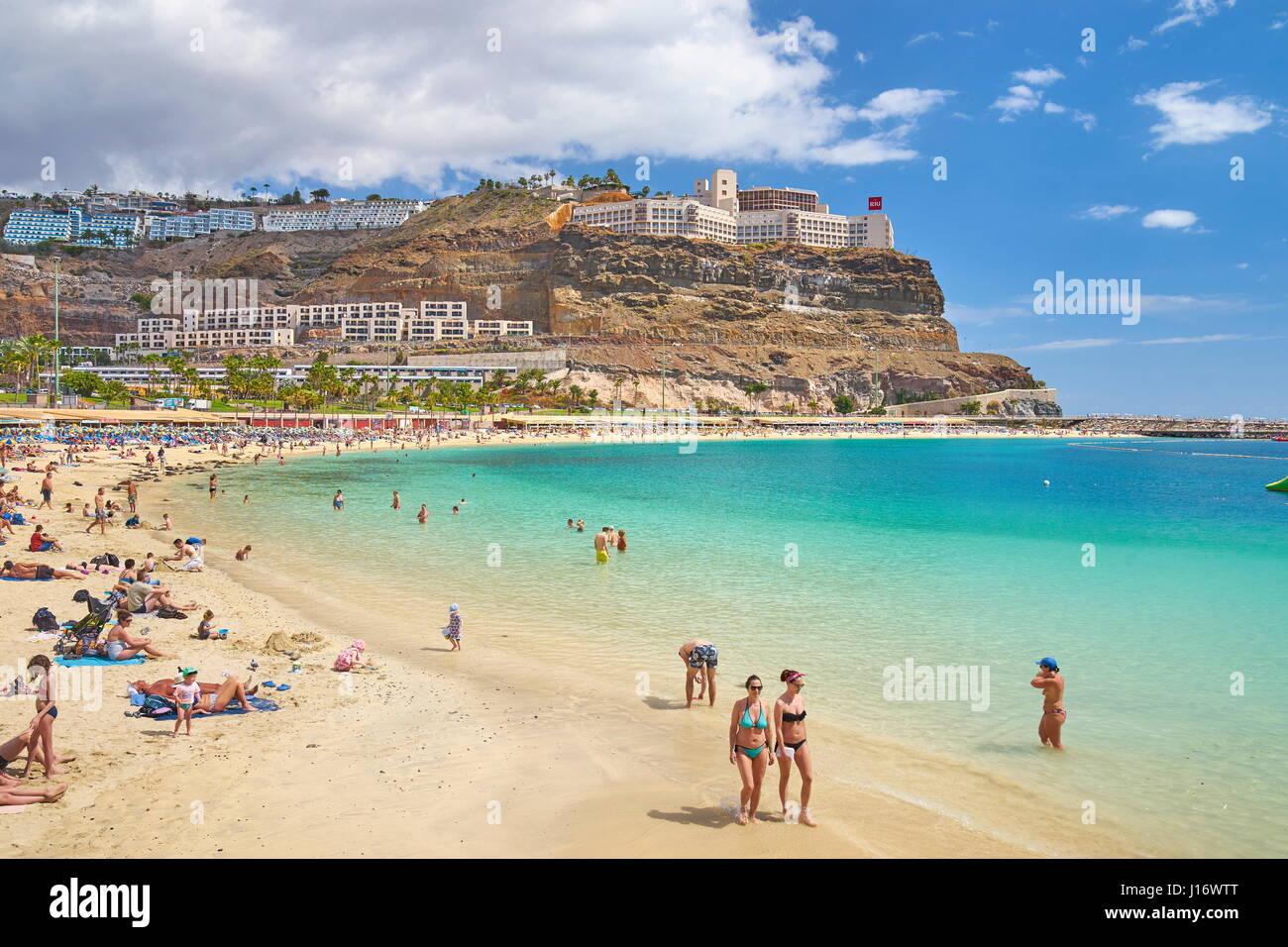 I turisti sulla spiaggia di Puerto Rico, Gran Canaria, Spagna Immagini Stock