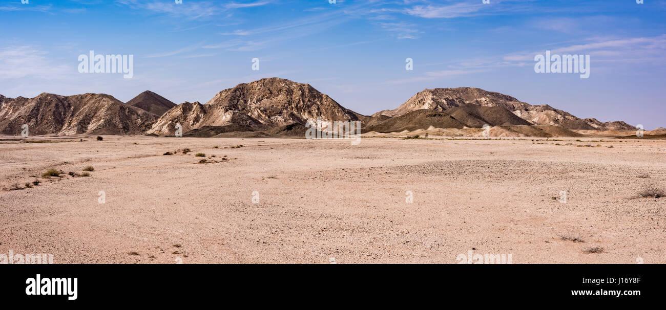 Vista panoramica del deserto e delle montagne di Ras Al Jinz area, Oman Immagini Stock