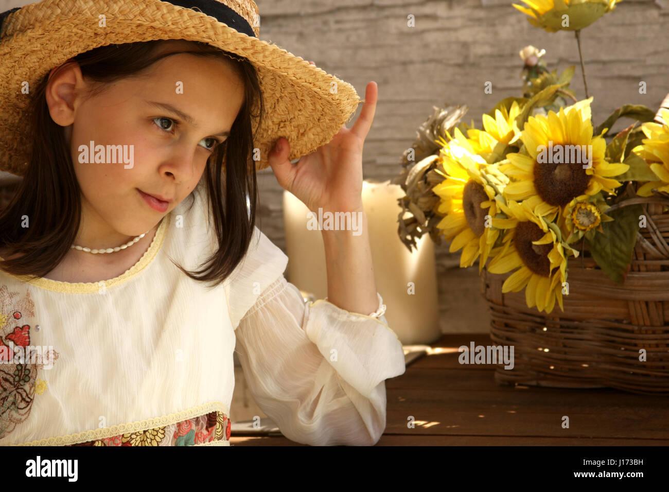 67ecea30c584 Giovane ragazza in abbigliamento elegante nel paese- decor chic Foto ...