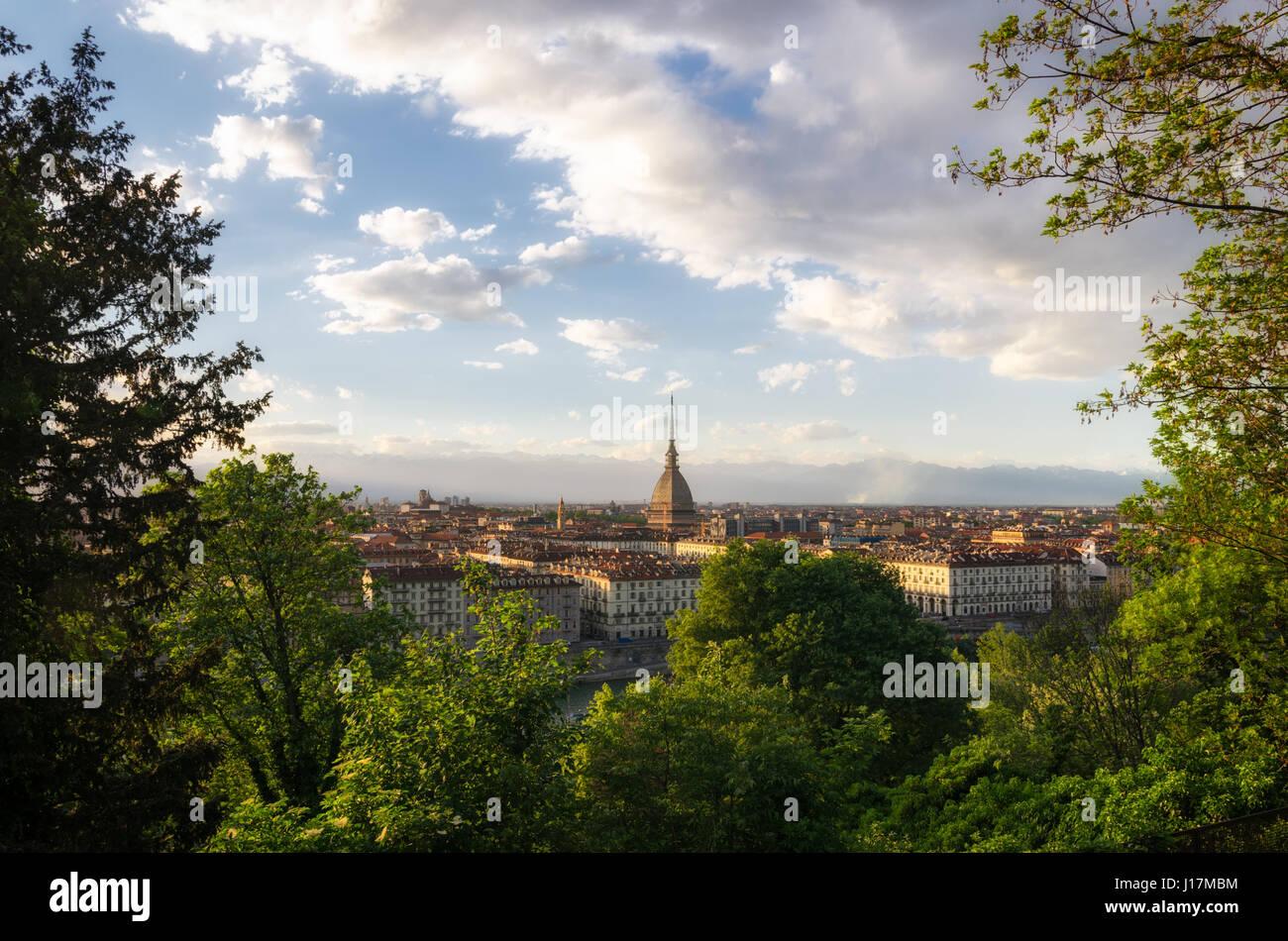 Torino scenic panorama con Mole Antonelliana al tramonto Foto Stock
