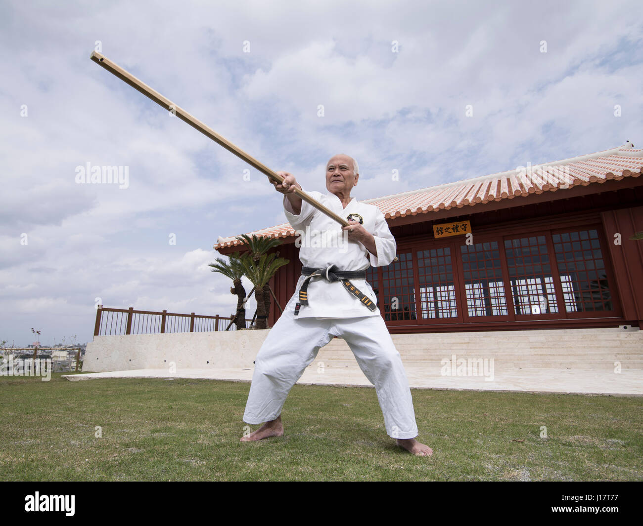 Karate master Arakaki sensei al 100 Kobudo Kata evento al Karate Kaikan, Okinawa, in Giappone Immagini Stock