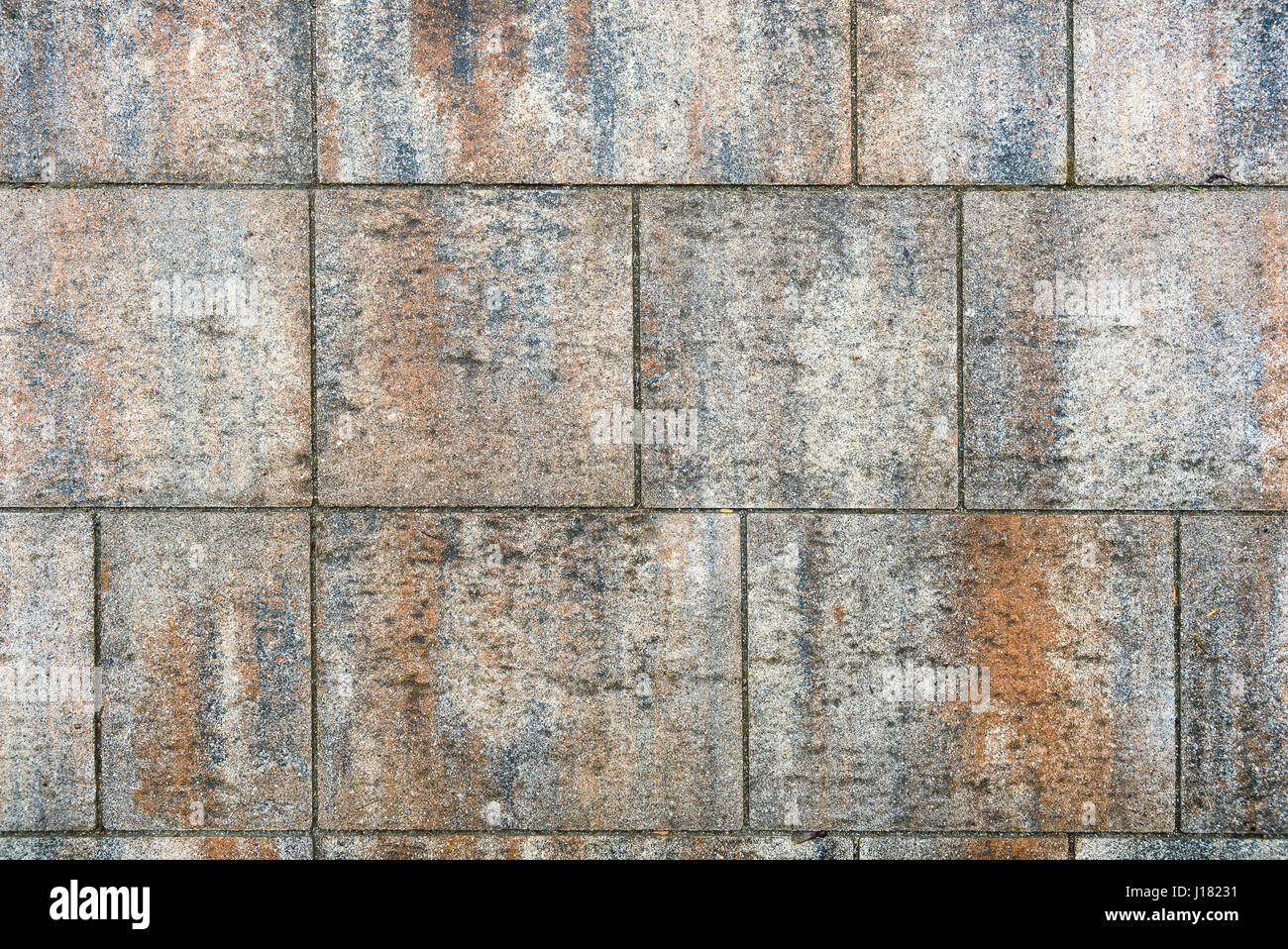 Sporco il terrazzo esterno con lastre di piastrelle immagine del