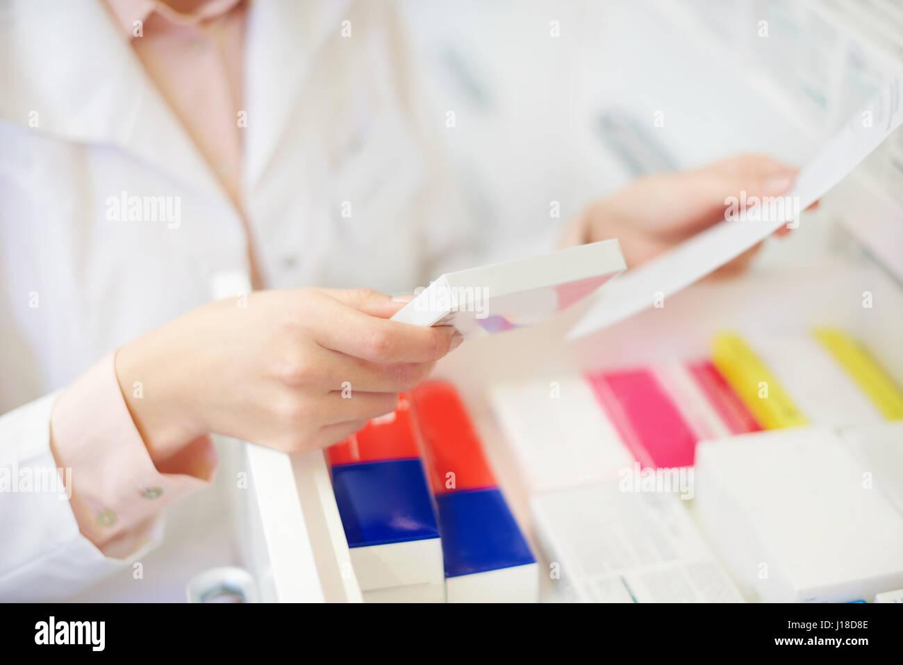 Il farmacista prescrizione di riempimento in farmacia Foto Stock