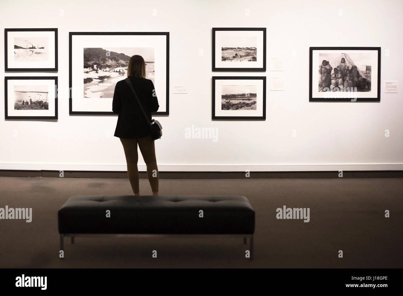 Donna che guarda al museo Glenbow presentano 'Nord di ordinaria, l'Artico fotografie di Geraldine e Douglas Immagini Stock