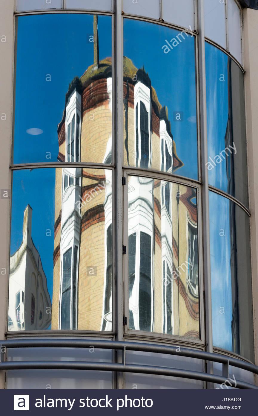 La riflessione dell'edificio di fronte riflessa nella grande vetro curvo windows Immagini Stock