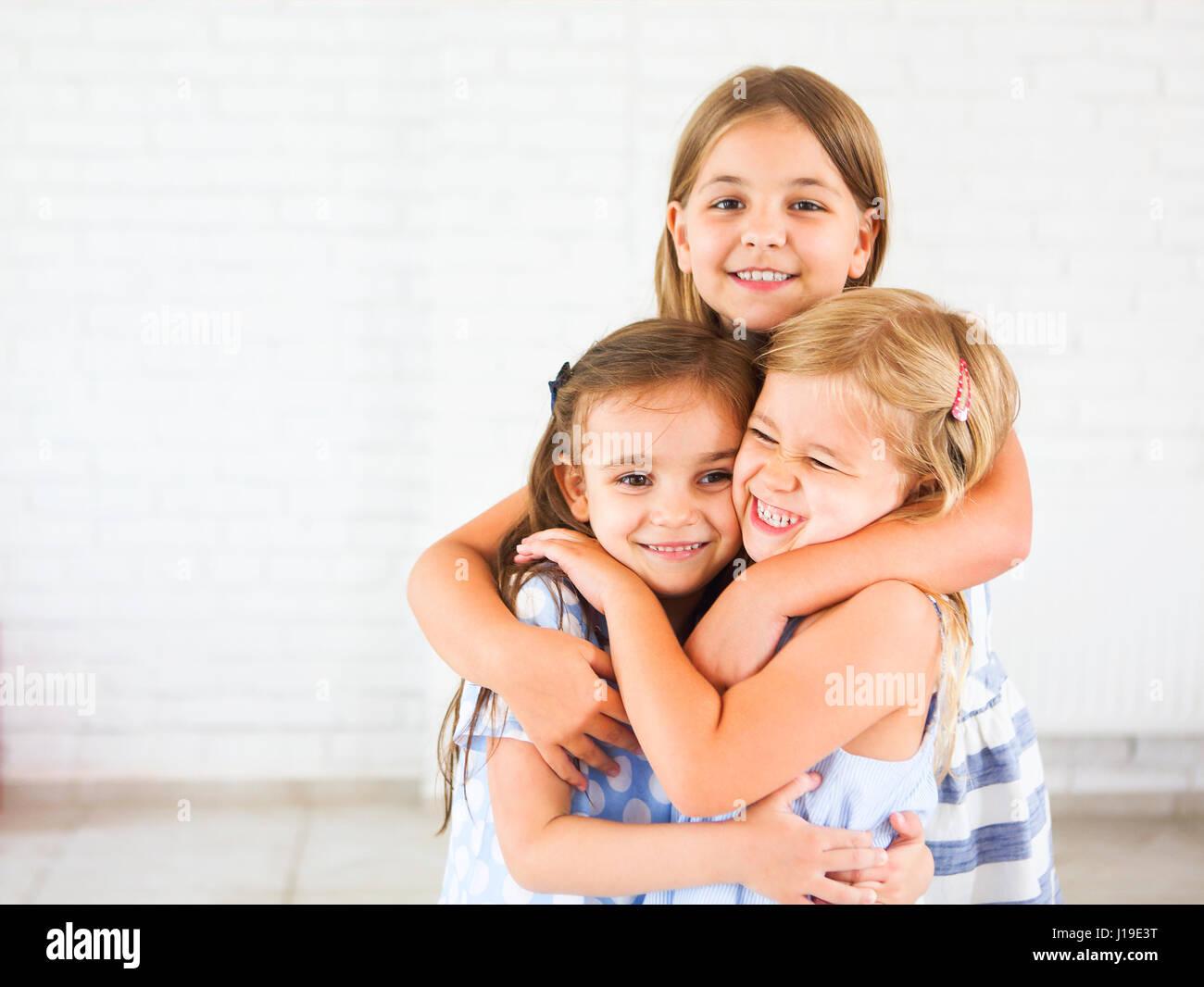 Happy funny ragazze abbracciare insieme. Il concetto di amicizia Immagini Stock