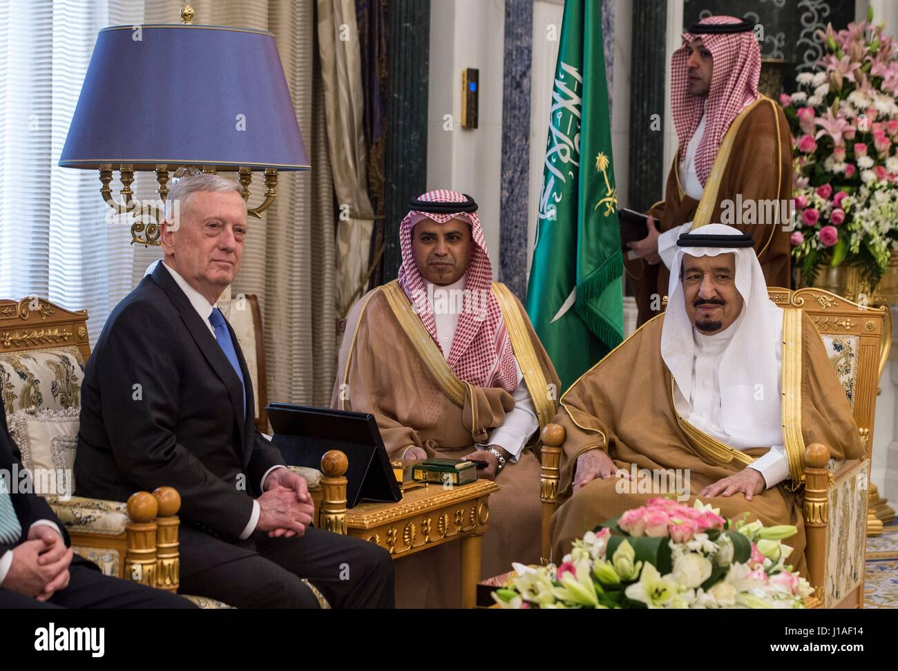 Stati Uniti Il Segretario della Difesa Jim Mattis durante un incontro bilaterale con il re saudita Salman bin Abdulaziz Immagini Stock