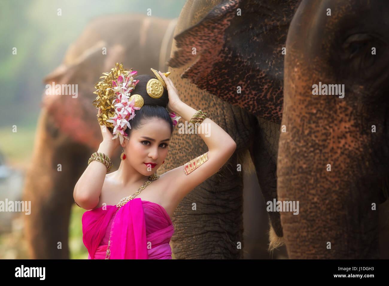 Ritratto Donna Bella Rurale Tailandese Indossare Abiti Tailandesi Di 29IWDYEH