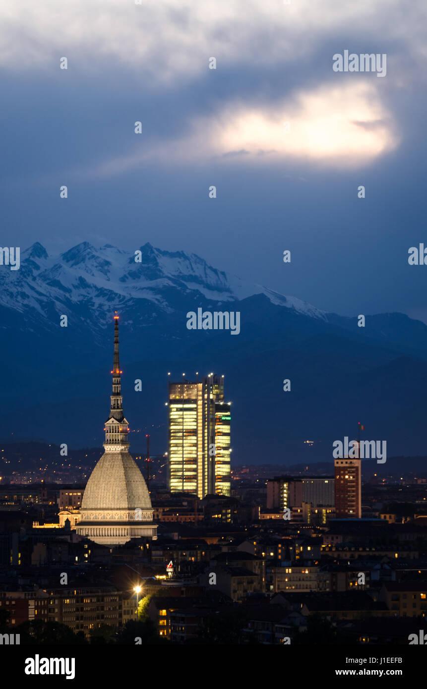 Torino, ora blu panorama con Mole Antonelliana Foto Stock