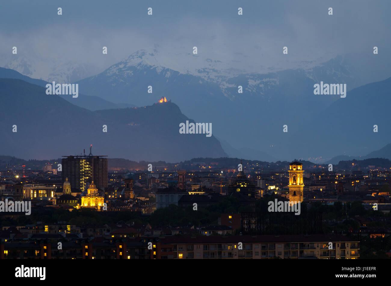 Torino, blu ora skyline con Mole Antonelliana Foto Stock