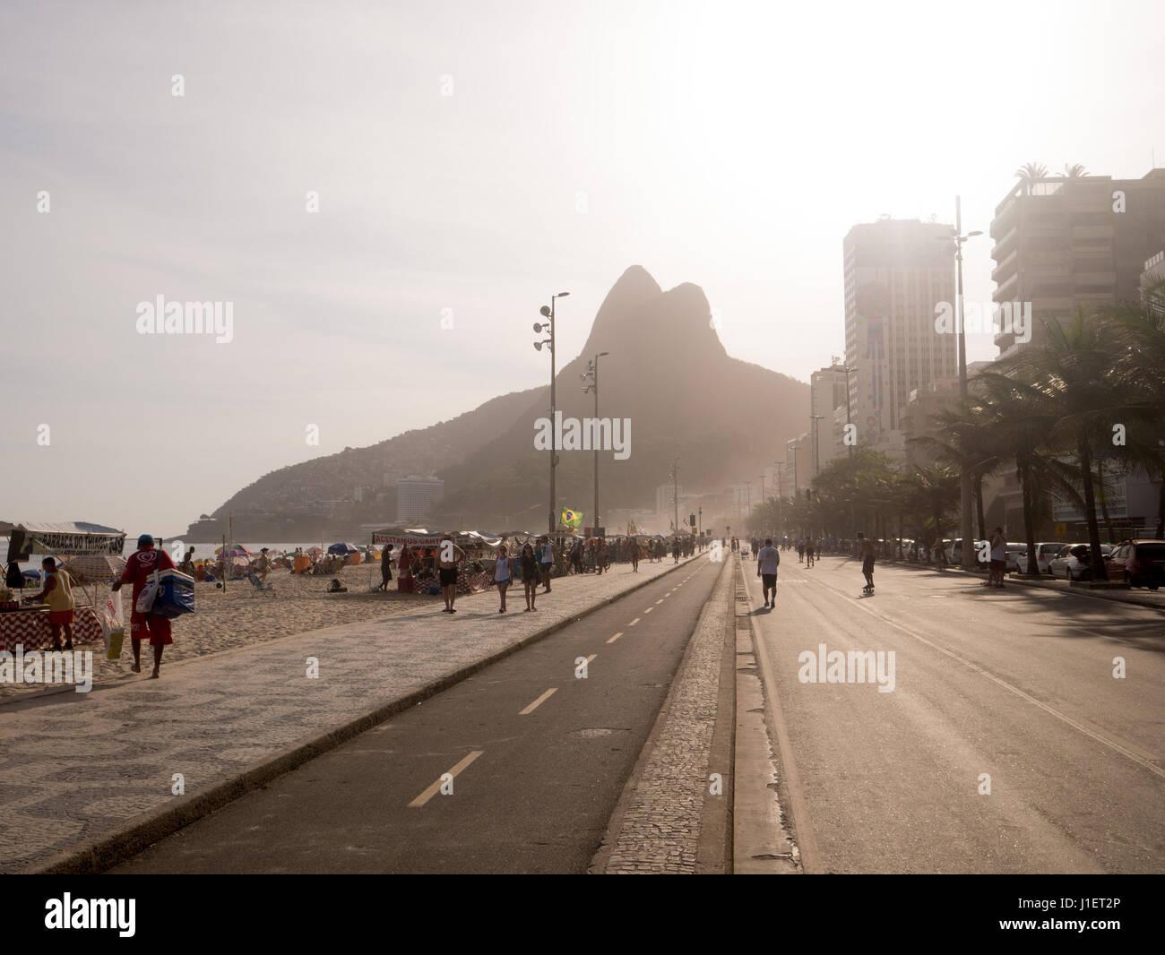 RIO DE JANEIRO, Brasile - 24 ottobre 2016: persone godetevi la spiaggia di Ipanema al tramonto a Rio de Janeiro Foto Stock